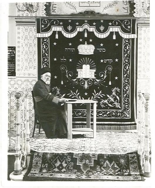 Abraham cabessa rabbin d orleanville dans sa synagogue