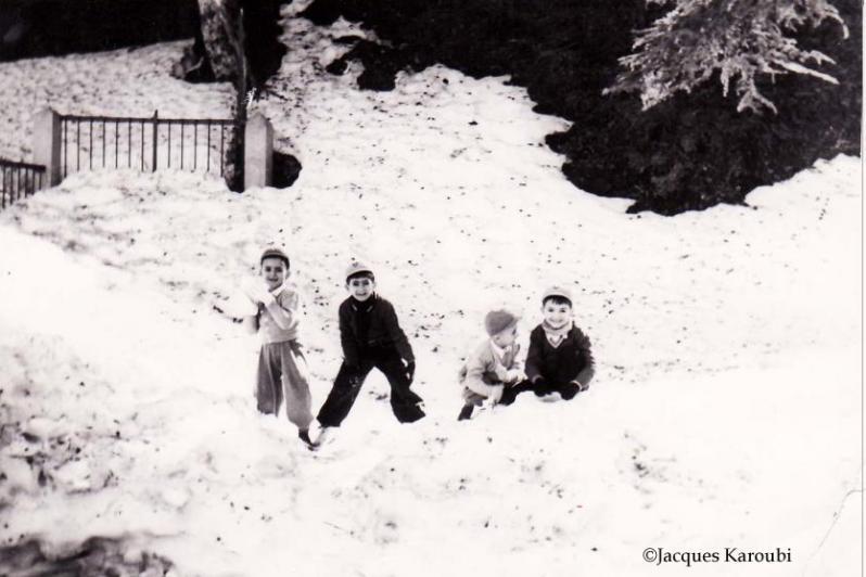 Chrea1enfants jouants dans la neige