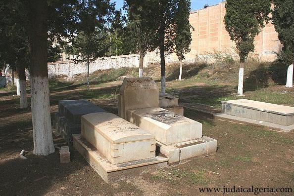 Cimetiere juif de saida tombes a gauche jason koubi 1899 1957 a doite rene koubi 1935 1958