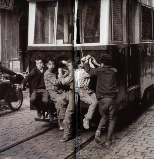 Enfants crampones a l arriere du tramway av de la bouzareah