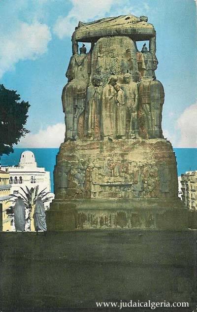 Le monument aux morts vu de dos