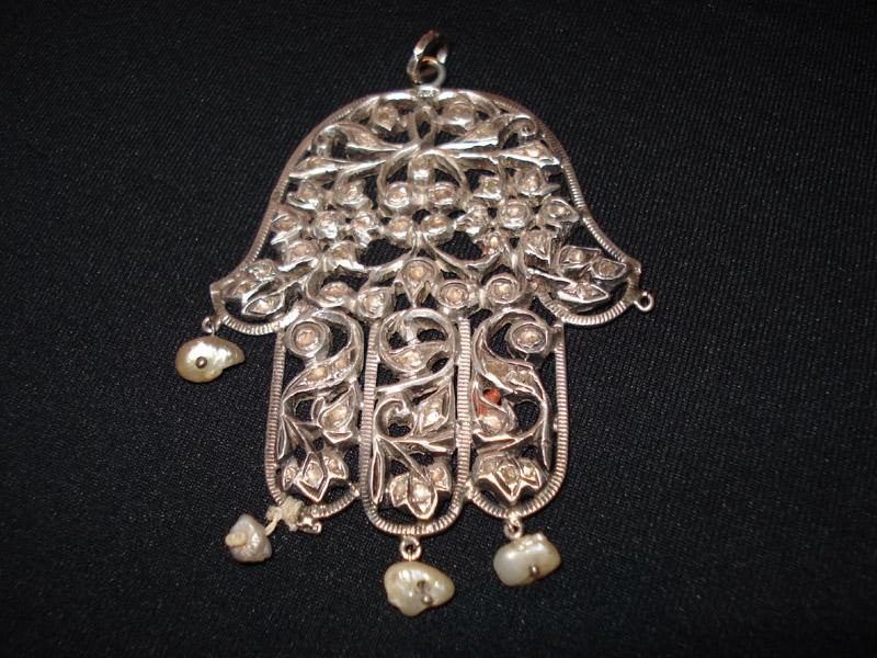 Main en argent avec perles et diamant