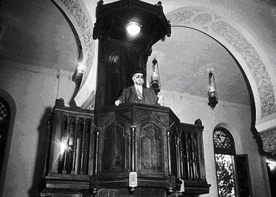 Rabbi david ashkenazi 1898 1983 donnant un sermon dans la grande synagogue d oran