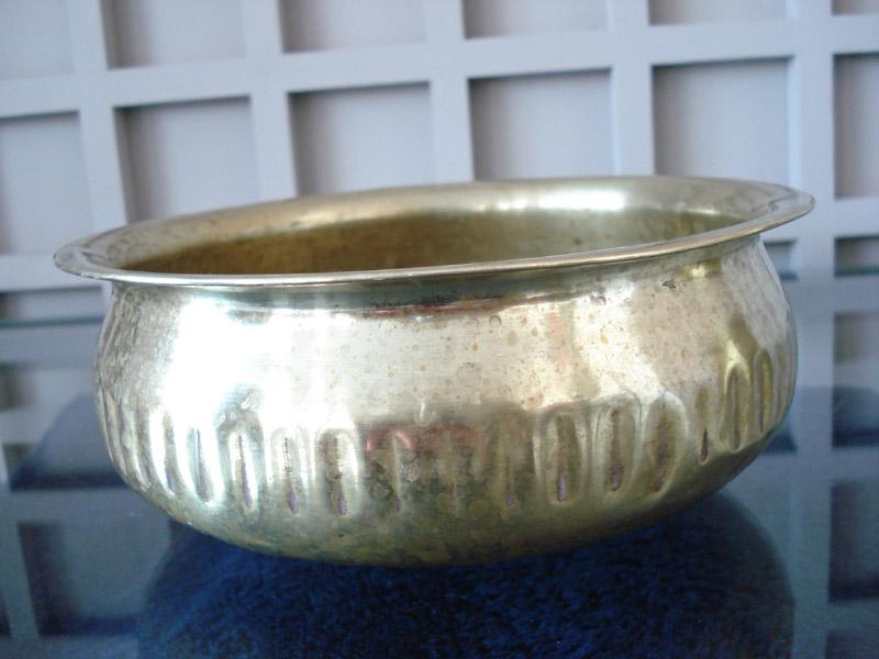 Tasse en cuivre jaune pour se rincer aux bains