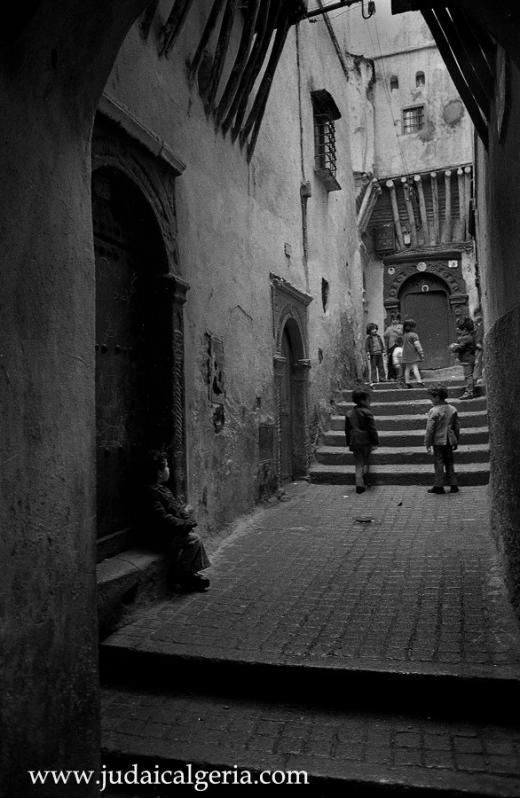 Alger enfants dans une ruelle de la casbah