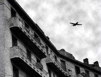 Chasseur t6 mitraillant le toit des immeubles