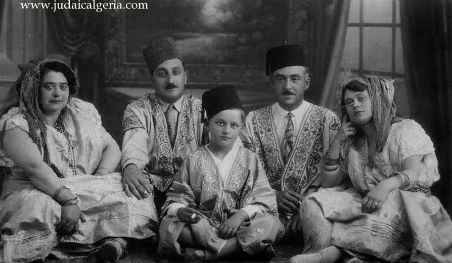 Famille juive de constantine habillee pour pourim annees 30
