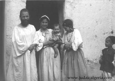 Famille juive devant la porte de sa maison du mellah d illigh anti atlas 1953