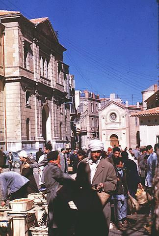 Scene de rue dans le quartir juif de constantine 1956