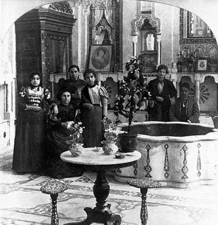 Une famille juive a damas representee dans leur ancienne demeure damascene en syrie ottomane
