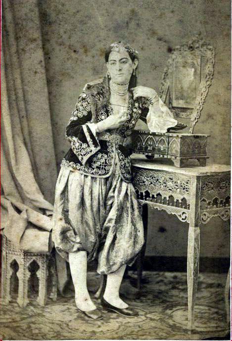 Une jeune femme de confession juive portant des habits traditionnels locaux a alger en 1860 afp lux in fine leemage